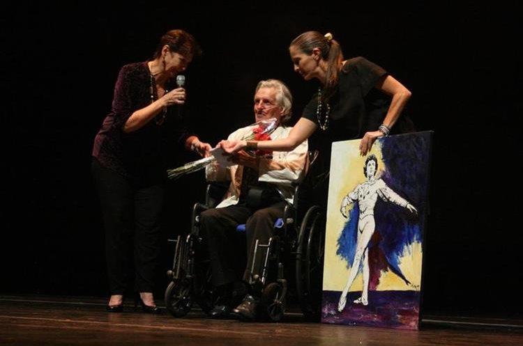 Sonia Juárez (izquierda) y Richard Devaux (centro) siendo homenajeado por el Ministerio de Cultura y Deportes (2017).  Fotografía: Prensa Libre, McD.