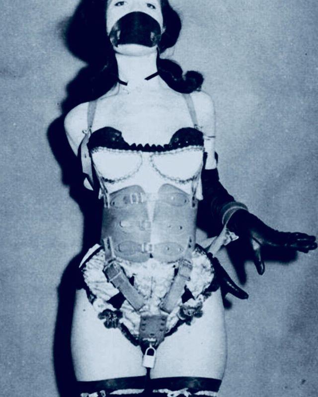 🔥🔥🔥 #shoppingtrip #chastitybelt #bondagegirl #leatherlife #corset #smackmeplease