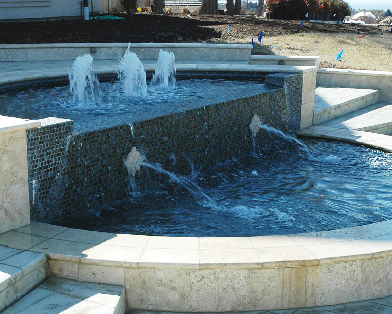 LakePointePools-CustomPool-customfeatures-fountain2.jpg