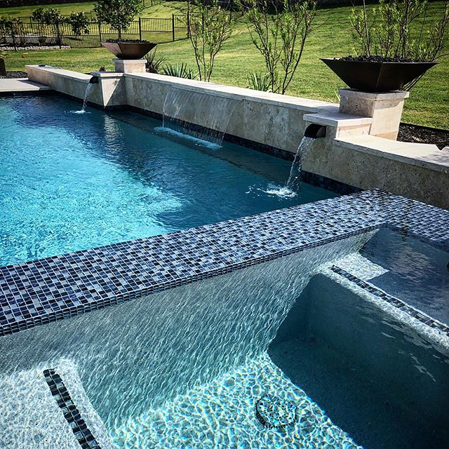 What a great place to decompress after a long day. 🦋  @wyattco10outdoors #lakepointecustompools #poolmaster #pooldesign #poolbuilder #forneyfamily #heathhawks #heathtxrealestate #forneytexas #lakepointechurch #rockwalltx #dallasrealestate #blue