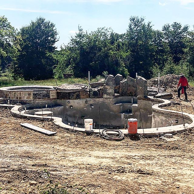 Big #poolspa we are working on out in #loneoak where we are constructing an big #grotto out of #boulders with 3 #waterfalls and #jumprocks  Follow us @lpcpools and will keep you updated in the stories!  #pooldesign #poolpics #poolbuilder #stonemason #rockwork #spa #texaspools #glasstile #outdoorlife #outdoorlifestyle