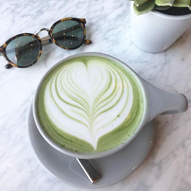 But first, Matcha... . . 1 taza de Matcha = 10 tazas de té verde en términos de valor nutricional y cantidad de antioxidantes... (con 1/3 de la Cafeina) definitivamente el Matcha es el nuevo café! 💚 para las que viven en San Diego, les paso el dato de los lugares que más me gustan (hasta el momento ☝🏻, porque sigo buscando 😊) @parakeetcafe @holymatchaa @communalcoffee  @cafegratitude
