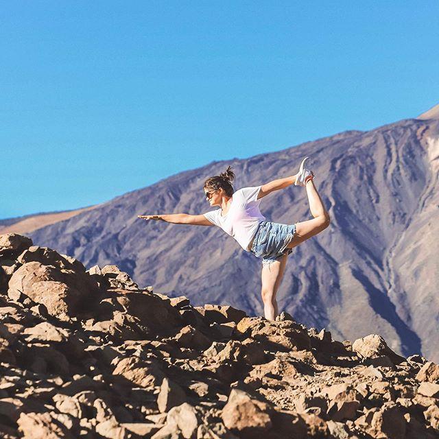 INHALE • all the beautiful nature that Tenerife has to offer!  Dancer pose up Teide with one of our yoga teachers @the.floating.yogi . . . #teide #teidehike #yogaposes #dancerpose #tenerifeyoga #yogatenerife #tenerifehiking #tenerifelife #colivinglife #colivingtenerife #colivingspain #tenerifenature #teidenationalpark #yogainnature #nomadyoga #digitalnomadlife #inhalethegoodshit #islandlife #yogainspiration #locationindependent #naturallynomadic