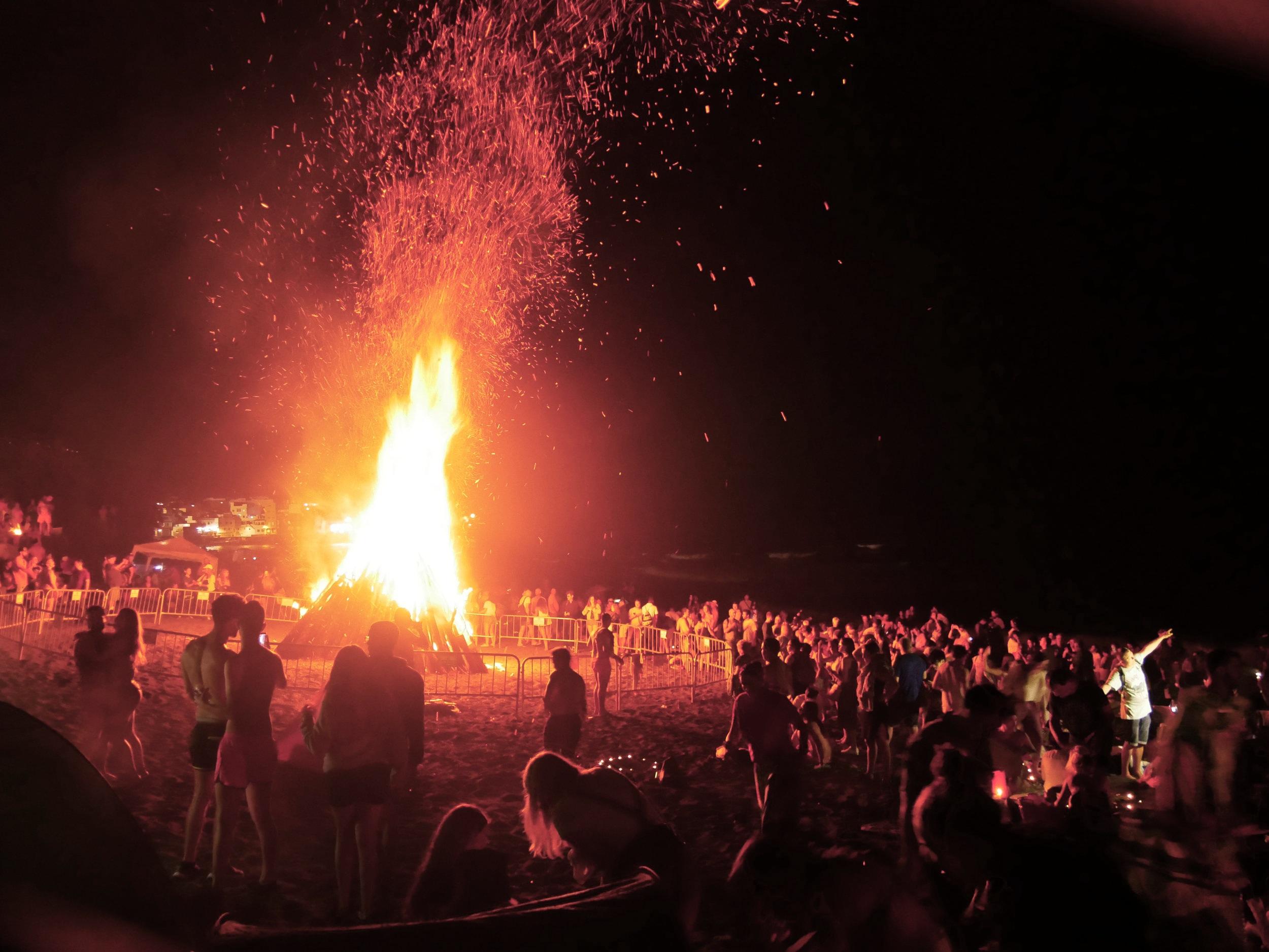 Big bonfires and thousands of people on Playa de Jardin