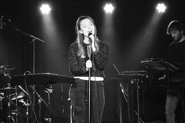 Pic by @kabarts  #singing . #performance#holaestei#ifly