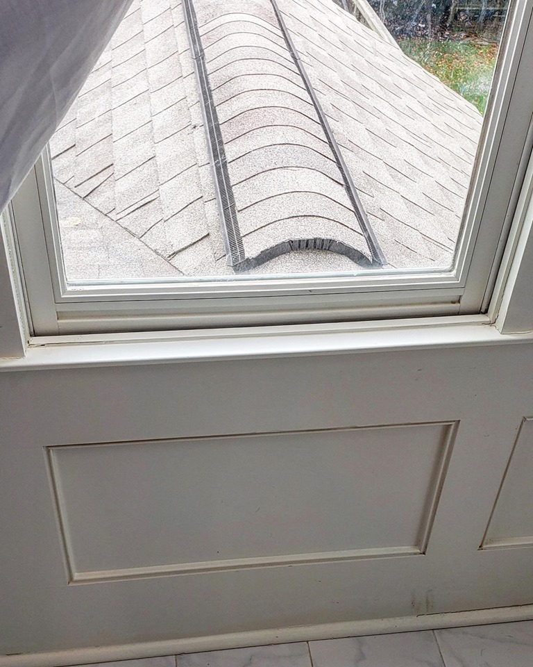 The paneling shown here is soaking wet because the exhaust point of the roof is not properly disconnected from the hot wall and the dissipation plane was not designed properly.