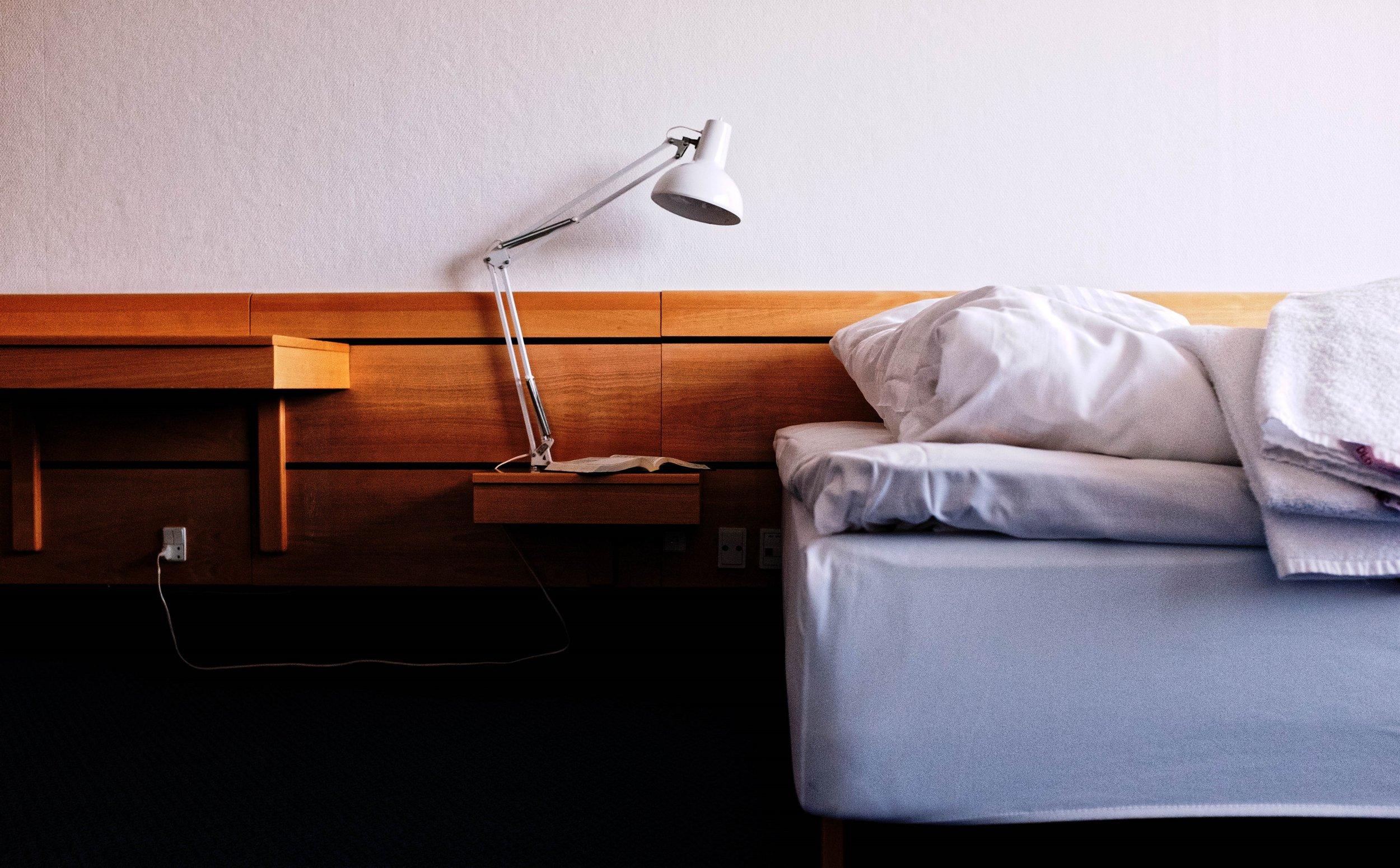 Fald i søvn - til lyden af det brusende vesterhav, der ligger kun få hundrede meter fra hotellet.