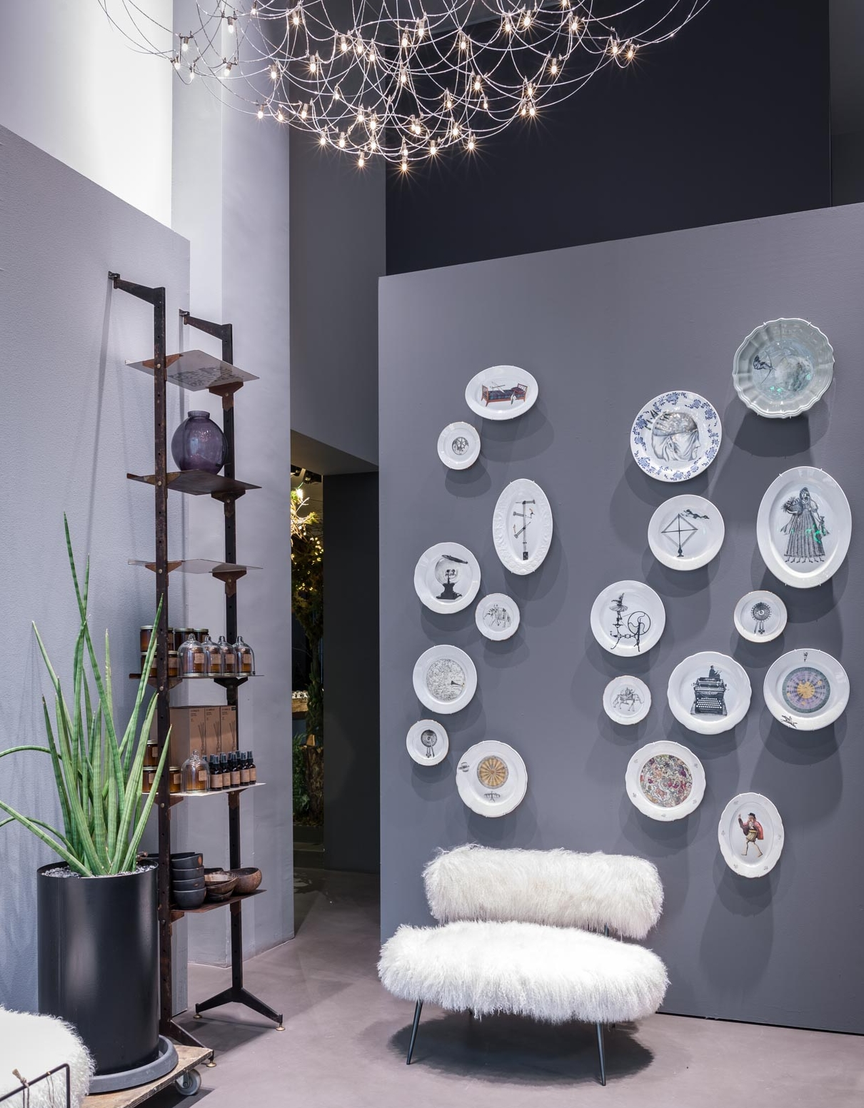 One-of-a-kind pieces wall display | Pezzi unici a parete in vista dalla vetrina