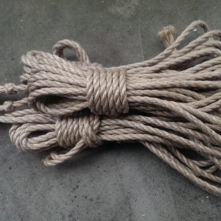 knudepunkt1 - Aalborg, Denmark6 mm, untreated or Camilla-oil and/or bees-wax treated, natural or colored, jute ropeOrder via their website.