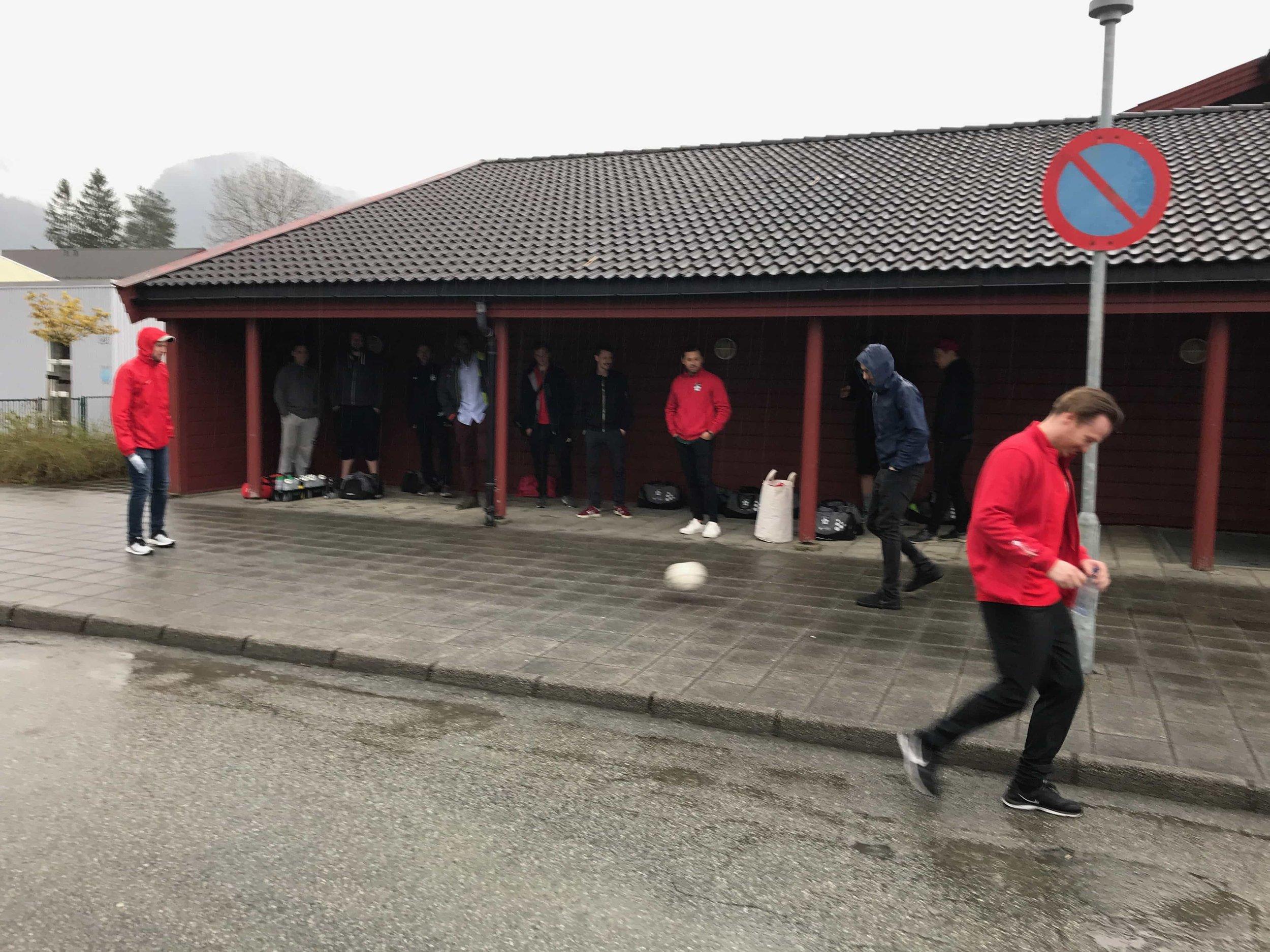 De fleste hadde lært av Erlends klokskap i Stavanger om å stå under tak når det regne. Utenom Hansi