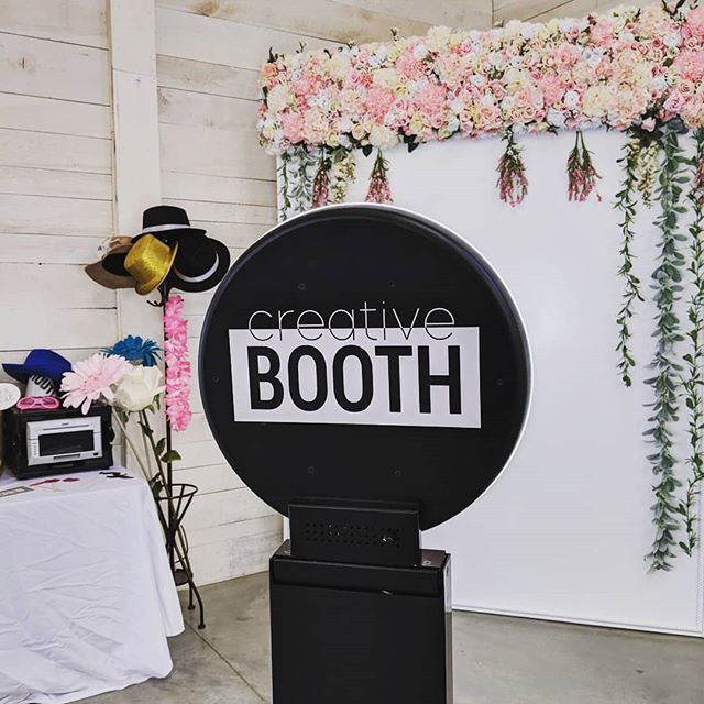 Wedding game strong 💪  #creativebooth #photobooth#nashvillephotobooth#wedding#nashvillewedding#floralwall#ringlight