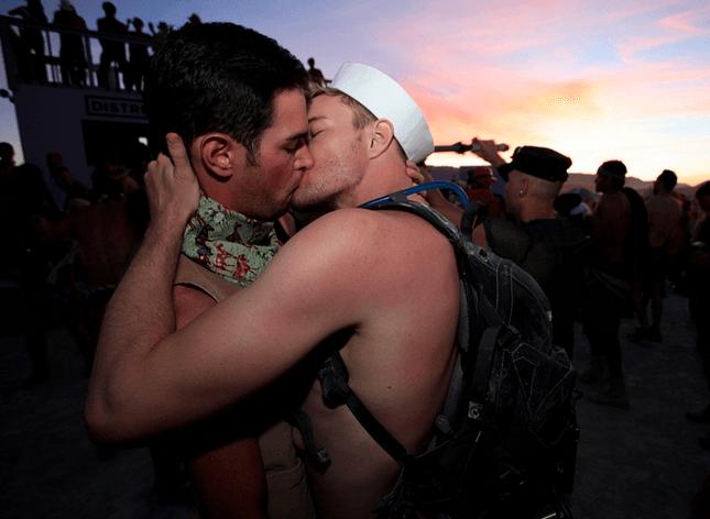 Two-Men-Kissing-Gay-Kiss-Photos-Pics32.png