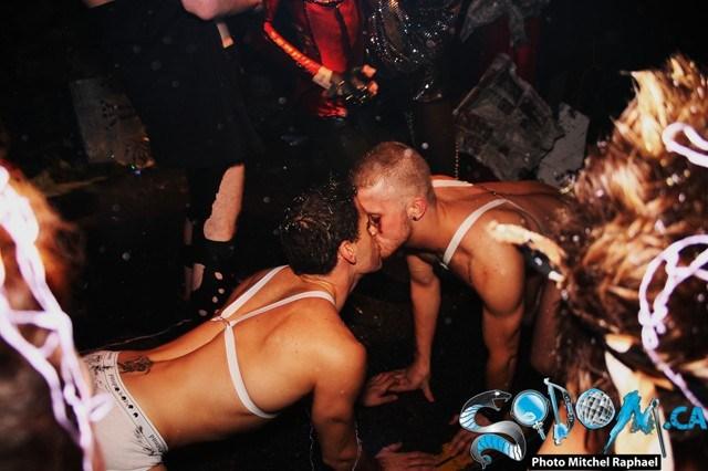 Two-Men-Kissing-Gay-Kiss-Photos-Pics34.jpg