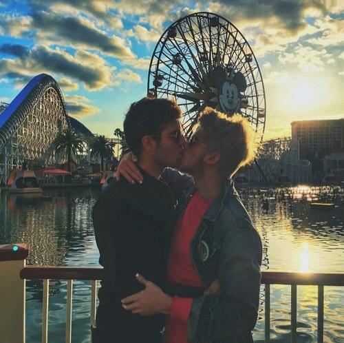 Two-Men-Kissing-Gay-Kiss-Photos-Pics58.jpg