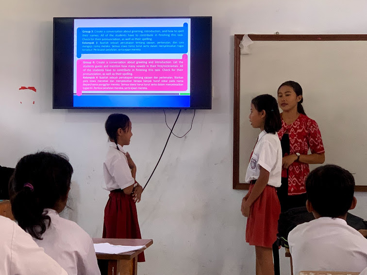 BCF classrooms are each equipped with a TV screen, which teachers use to deliver teaching materials. Students are encouraged to practice conversations in groups.