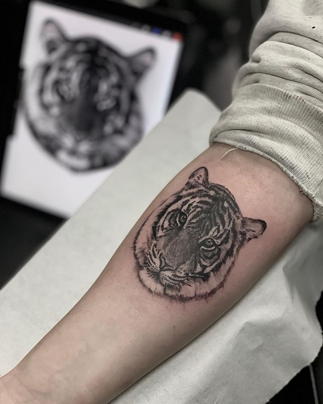 Fun little 3rl piece #tattoo#tattoos#tattooartist#3rl#finelinetattoo#tiger#tigertattoo#skinartmag @skinart_collectors @skinart_mag @sullenclothing @butterluxe_uk #chester#chestertattoo