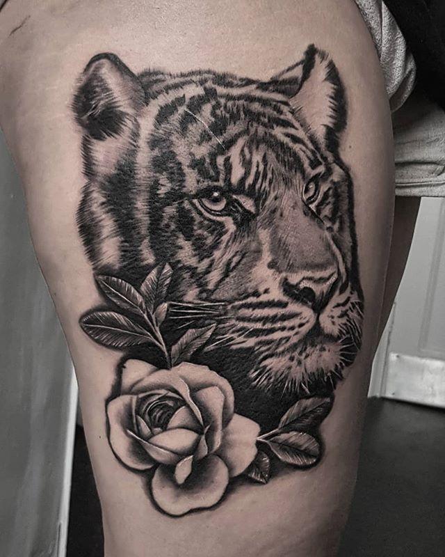 Big cats are my faaaaavourite thing to tattoo. Thank you Faye! . . . . . . . #tiger #bigcat #bigcattattoo #peony #peonytattoo #blackandgrey