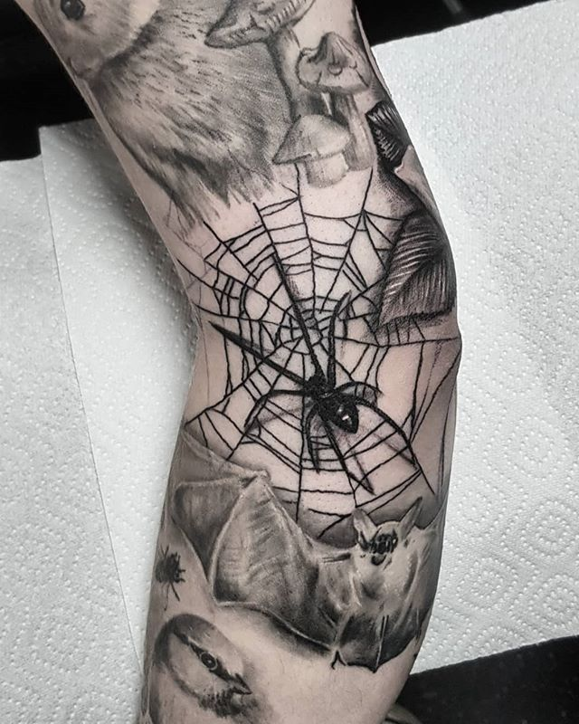 A lil spider gap filler for Kerry today on the first day of spooky season!! 🕷🕸 . . . . . . #spidertattoo #spiderwebtattoo #spiderweb #webtattoo #cobweb #webfiller #halloween #spookyseason #goth #gothtattoo