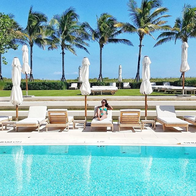 Just because it's Wednesday: soaking up the sun poolside after my morning beach bootcamp workout with @madetomovetraining at the Four Seasons Hotel  #fourseasons #bootcamp #miamibeach #sunnyday #travelwriter