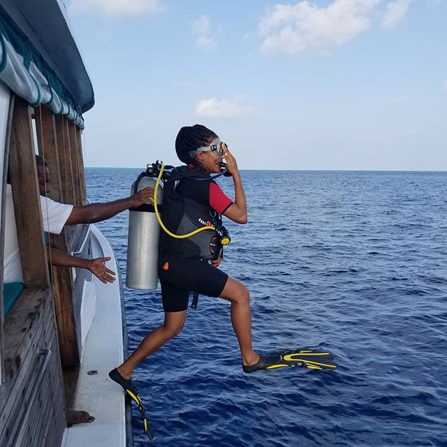 "Taking the ""giant stride"" entry into the Manta Point dive area of the Maldives Baa Atoll. Had a great time exploring the Indian Ocean with the assistance of the instructors on the #Sonevafushi dive team : #paditv #divegear #mantaray #divinglife #adventuretravel #noire #indianocean #visitmaldives #baaatoll #discoversoneva"