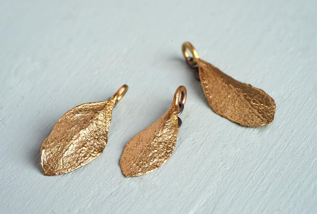 The customer grew up in a house with her family. They decided to sell the house, but not without a golden keepsake: Leaves from the garden were converted into jewelry, one leaf for each generation, reminding them forever of the wonderful youth they had spent there.