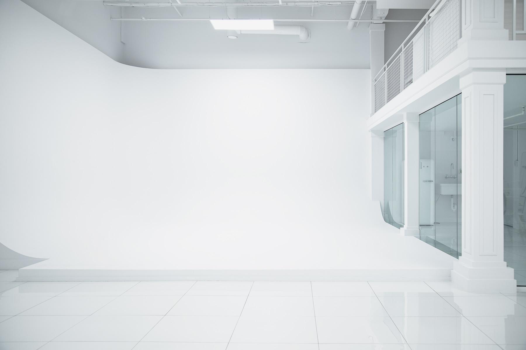 anexcessofwhite-photo2.2-DARKER-white-studio-montreal-photo-atelier.jpg