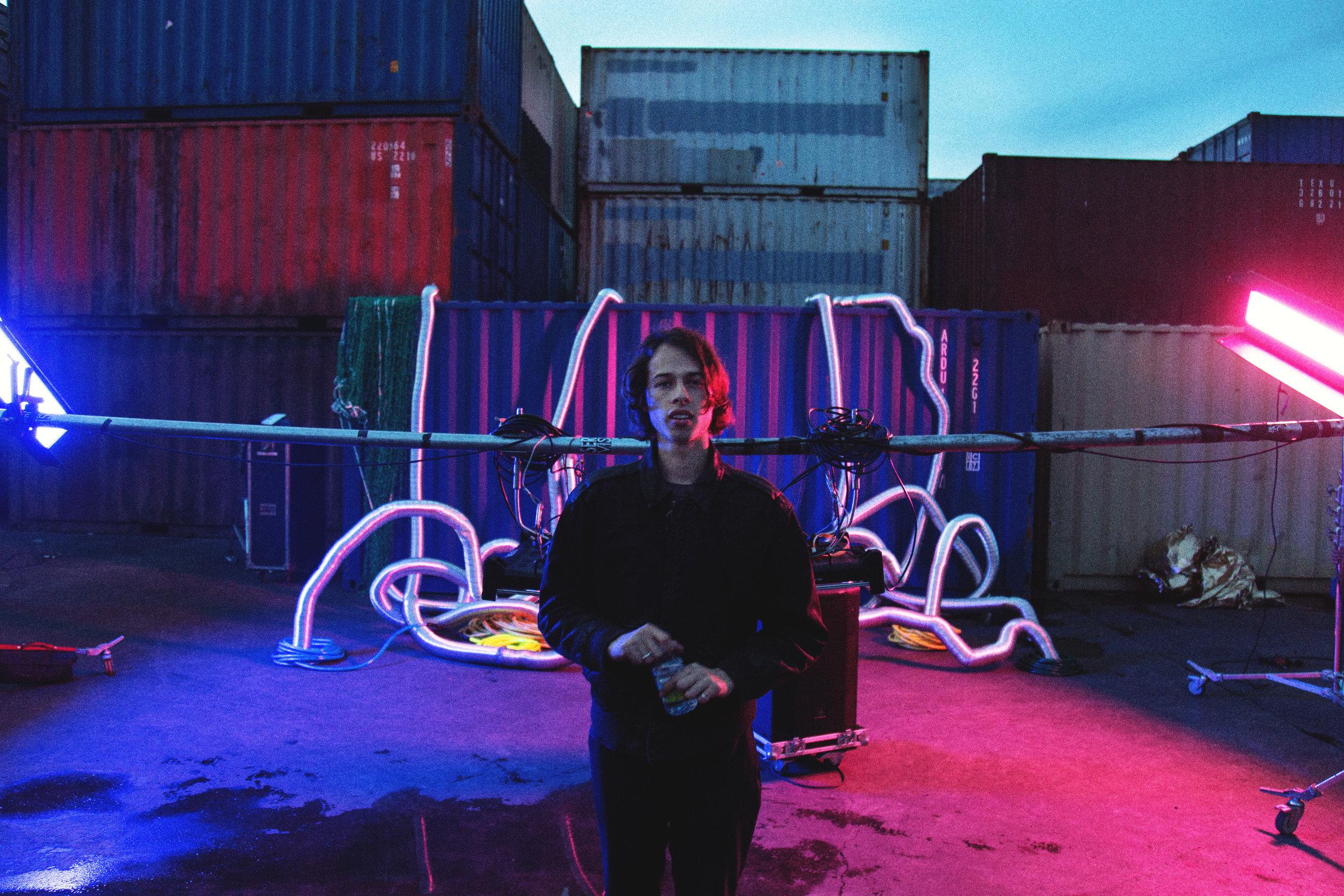 Alexis Gómez - Director y fotógrafo mexicano que ha trabajado junto a productoras reconocidas como CANADA (ESP), The Fantastical (USA), y Menos Que Cero (ESP) desarrollando campañas de conciertos y documentales para marcas como Budwiser y Noisey; además de eventos como el Festival Bona Nit.Titulado en Cinematografía en Barcelona, España.