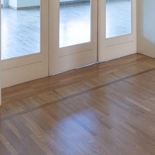 Toekomst - Het parket is afgewerkt en in afwachting van een nieuwe huurder. Deze massieve traditionele vloer heeft alvast 9 levens in het verschiet..
