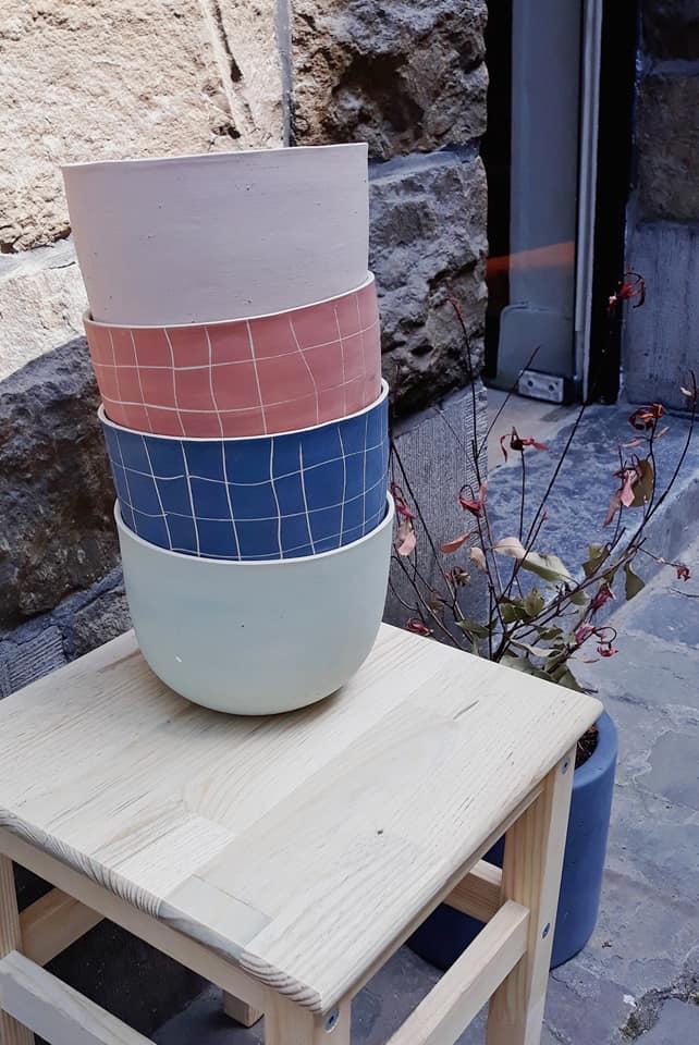 Les pots de fleurs trouvent leur place aussi bien à l'intérieur qu'à l'extérieur