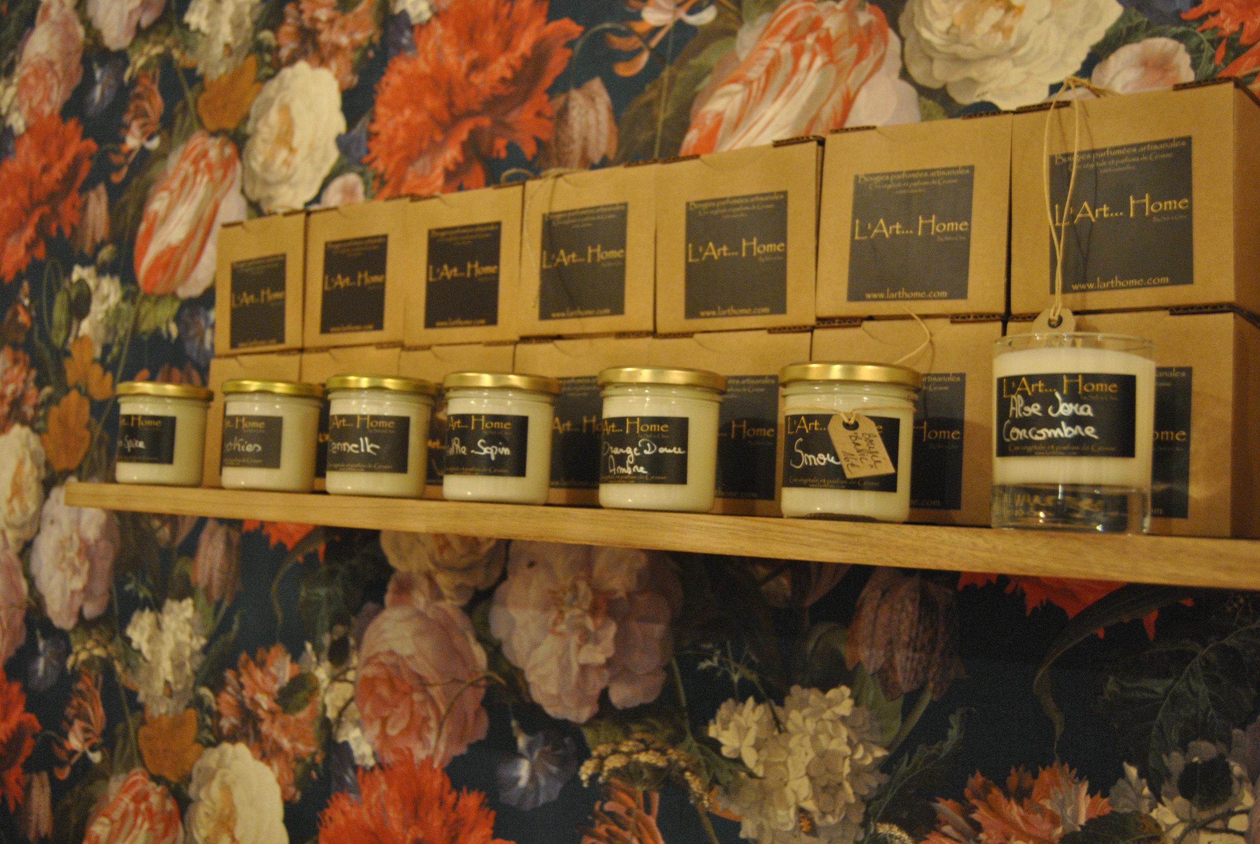 Des huiles de parfum et de la cire de soja, voici tout ce qui compose ces bougies fabriquées à la main dans un atelier pas si loin, à Dinant.