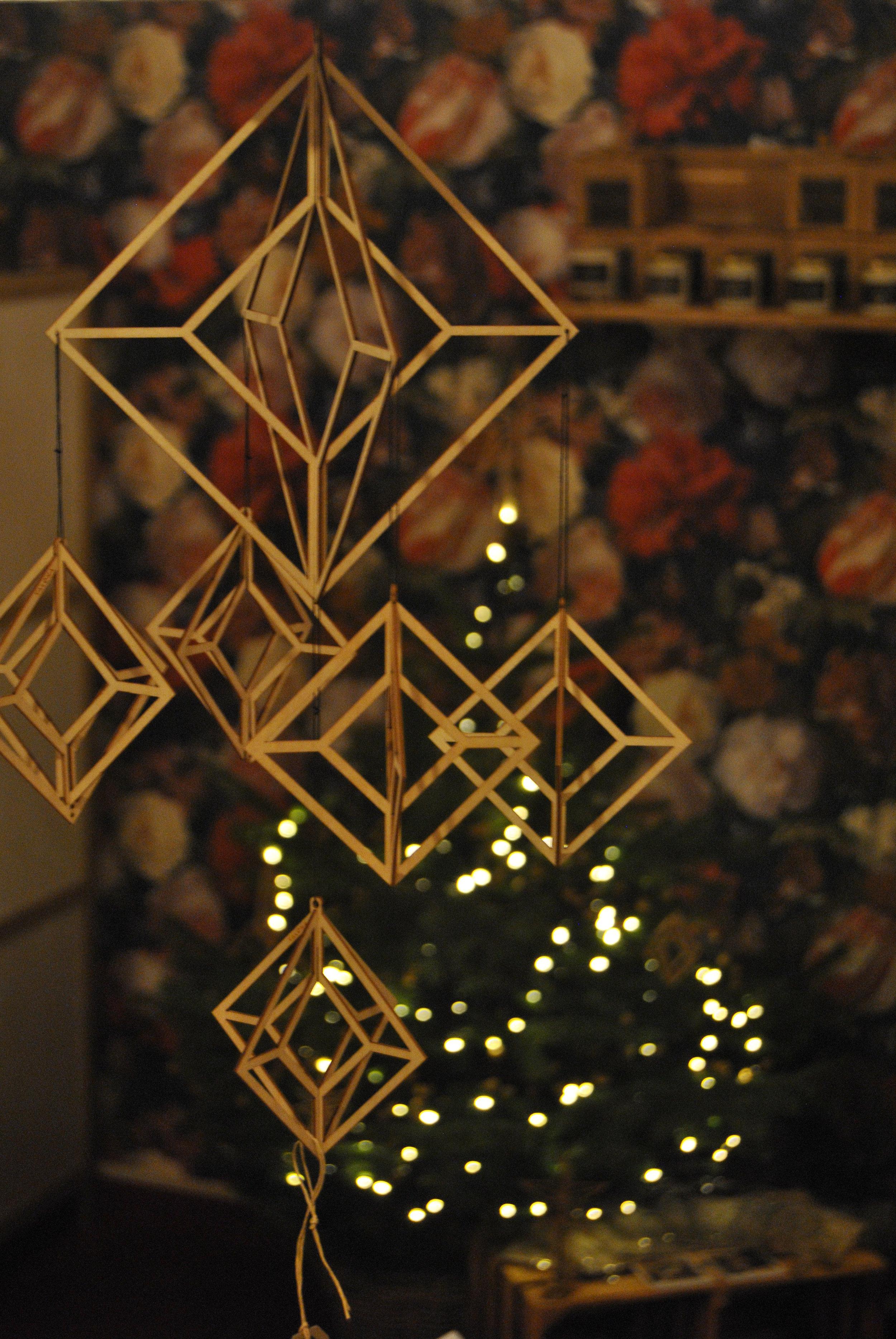 """Des décorations de Noël en bois fin découpé au laser, """"à monter"""" soi-même, pour une décoration magique, naturelle et épurée."""