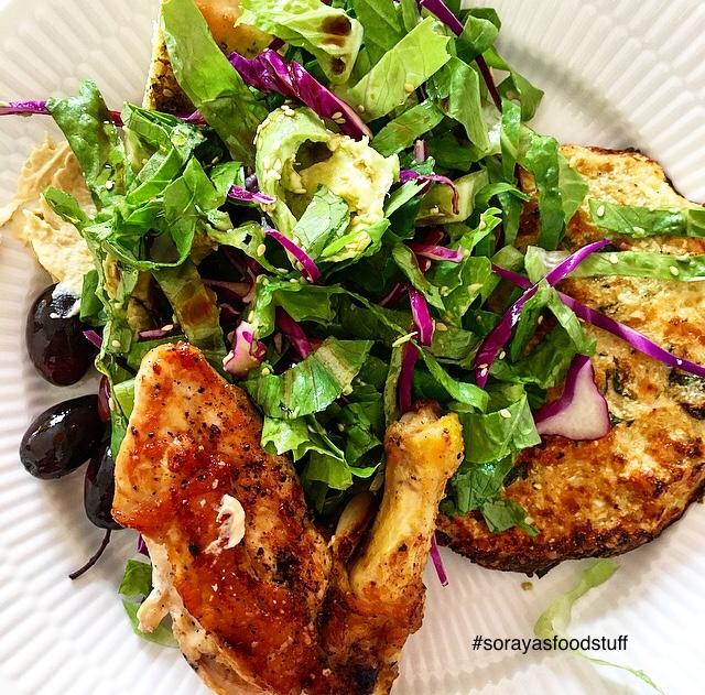 De er også super gode som tilbehør til fx kød, fjerkræ og fisk - Her er de i selskab med en lækker grøn salat, et stykke ovnstegt kylling, lidt humus og oliven.