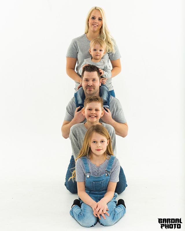Familiebilder er alltid en god ide  #familiebilde #familyphoto #familie #familyphoto #familysession #familyportrait #familypics #matching #familyphotography #familyphotographer #familietid  #østfoldfotograf #fotograføstfold #fotograf  #bardalphoto
