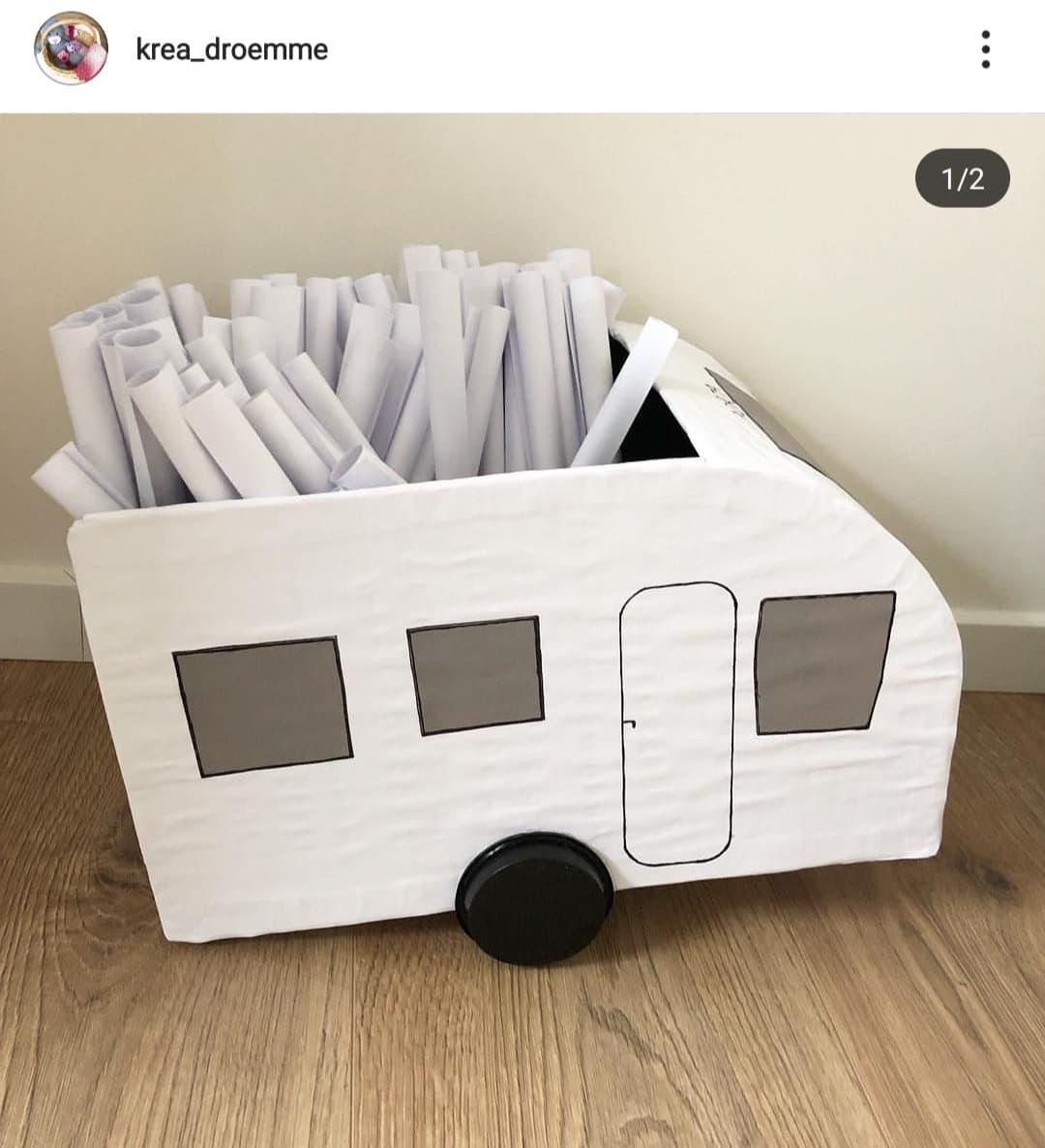 Se lige denne fine campingvogn! Den er den perfekte sangskjuler til campingentusiasten. Vi er vilde med den og den er meget nem at personliggøre :-)