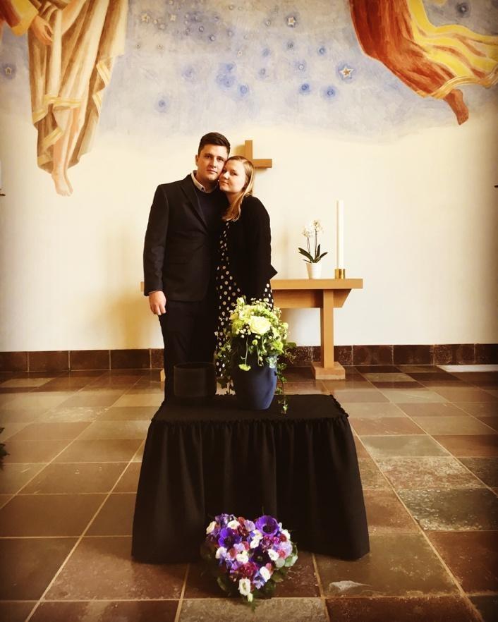 Billede af os med Theos kiste foran krematoriet og os bag hans urne i kapellet inde mindehøjtideligheden