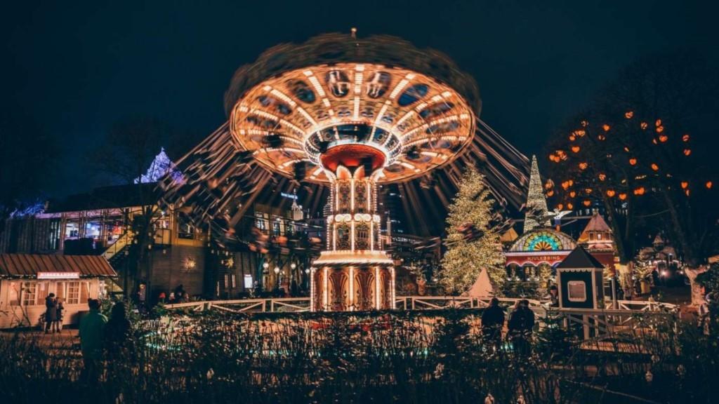 Tivoli - Oplev en af kbh's perler, forlystelses parken i midten af hovedstaden.Pris: 3-7år: 60kr, voksen: 130/140kr.
