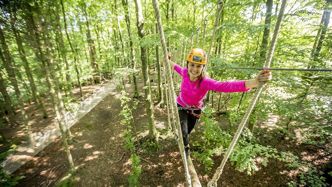 Camp adventure - Ud og kravl i trætoppene eller gå op i tårnet og nyd udsigten 45m over jorden.Priser: skovtårnet 0-6år: 0kr. Voksen: 150kr. Klatrepark: 3-6år: 125kr. 7-14år: 225kr. 15+: 325kr.