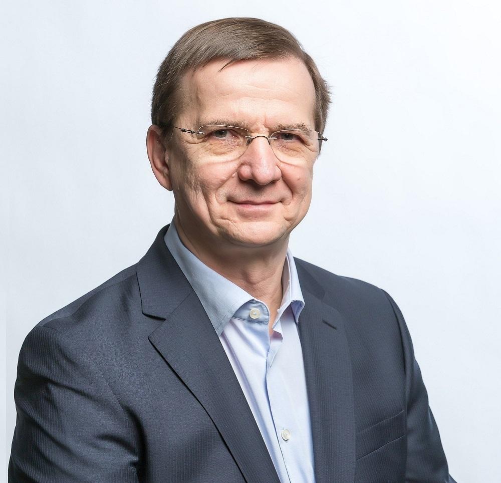 Schmidt András - CEO, üzletfejlesztő mentor és coach - 24 évig voltam legfelső vezető magyar és nemzetközi vállalatoknál. Párhuzamosan szabadidőmben építettem a családi vállalkozásunkat, mert előbb-utóbb szerettem volna önálló vállalkozó lenni. Mindenütt találkoztam hasznos és haszontalan vállalkozói gyakorlattal. Nem tapasztaltam korábbi pályám során sehol - még a családi vállalkozásunkban sem - tökéletes üzletvezetést. Valamilyen meghatározhatatlan, megfogalmazhatatlan hiányérzetem mindig is volt. Az ActionCOACH a teljes körű rendszerszemléletével fogott meg, az üzleti megoldások tárházával és az első osztályú mentoring módszertanával - amely ma a világon az egyik leggazdagabb ismerethalmaz a business consulting iparágban.