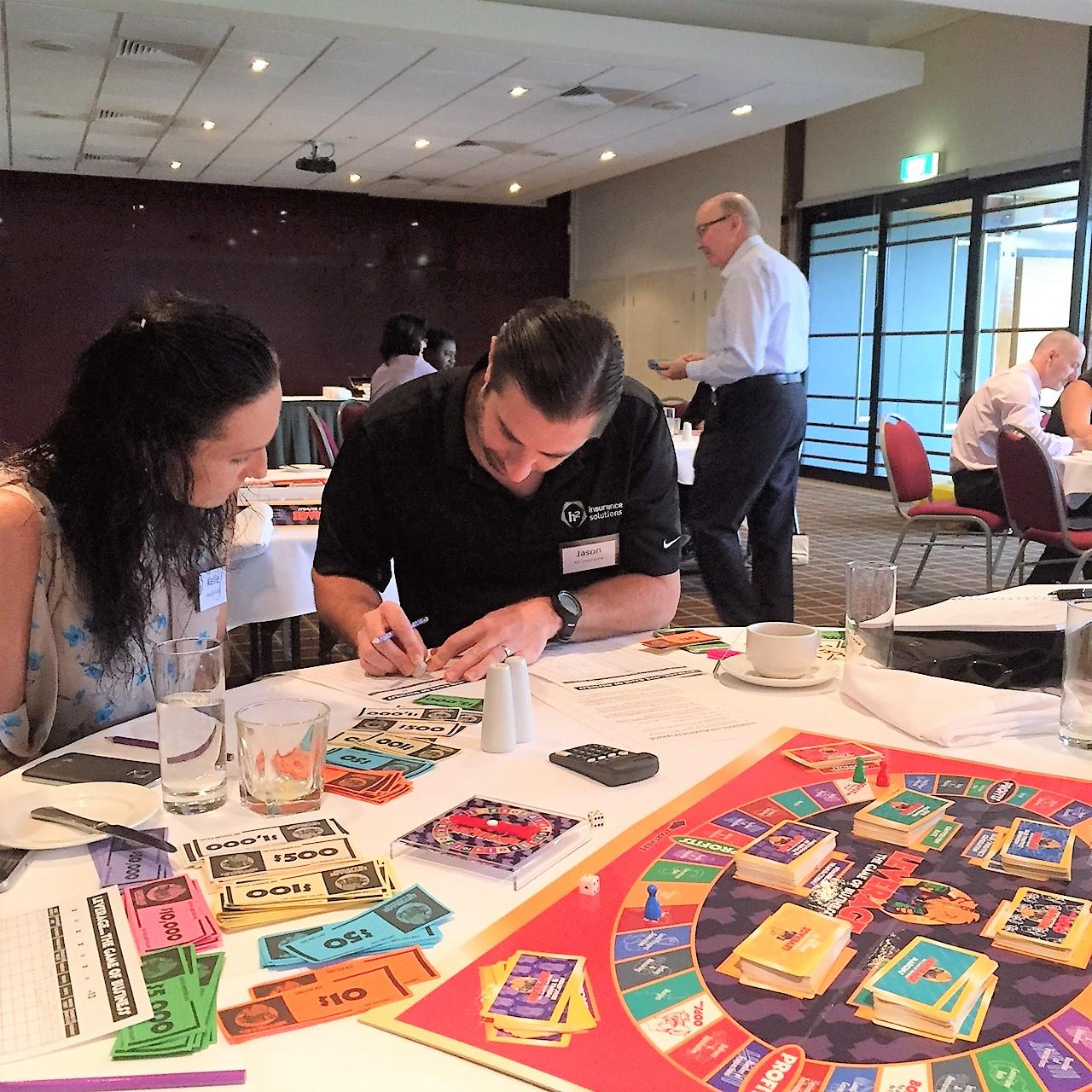 Üzleti szimulációs játék - A Versenyelőny (Leverage) üzleti társasjáték az ActionCOACH alapvető módszertani összefüggéseit játékos formában állítja a középpontba: arra a kérdésre kaphatunk választ, hogy miből is lesz profit egy vállalkozásban.A játék lehetőséget ad a piaci versenytársak kijátszására, profitnövelő megoldások elsajátítására, körmönfont megoldások kitalálására.Magával ragadó társasági élményt nyújt a játékosoknak, mely ismeretségek és barátságok kötését is elősegíti.