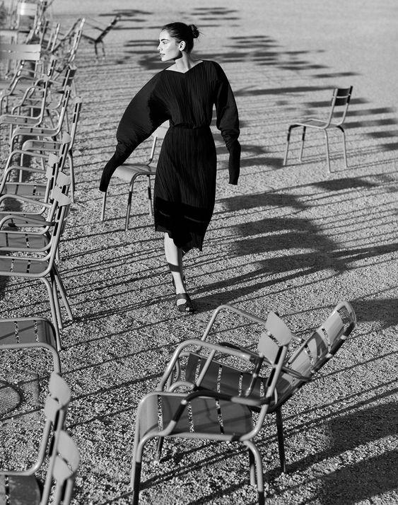 Romy Schonberger - se promenant dans un de mes coins préférés de Paris, les Tuileries  -par le photographe Daniel Riera pour le numéro d'avril 2017 de Vogue Mexico.