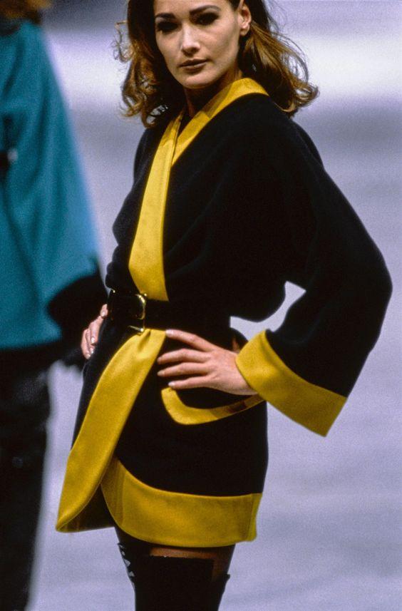 Carla Bruni lors du défilé automne/hiver Versace en 1991, le genre de moment qu'on aurait aimé voir en live. Image via Vogue Runway.