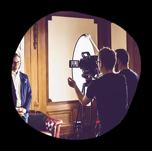 Vi projektleder & producerar Employer Branding-annonser - I uppstartsfasen av projektet definierar vi era Employer Branding-mål, definierar önskade målgrupper, bokar in ett koncept- och strategimöte med vårt produktionsbolag, samt datum för filmning och fotografering.