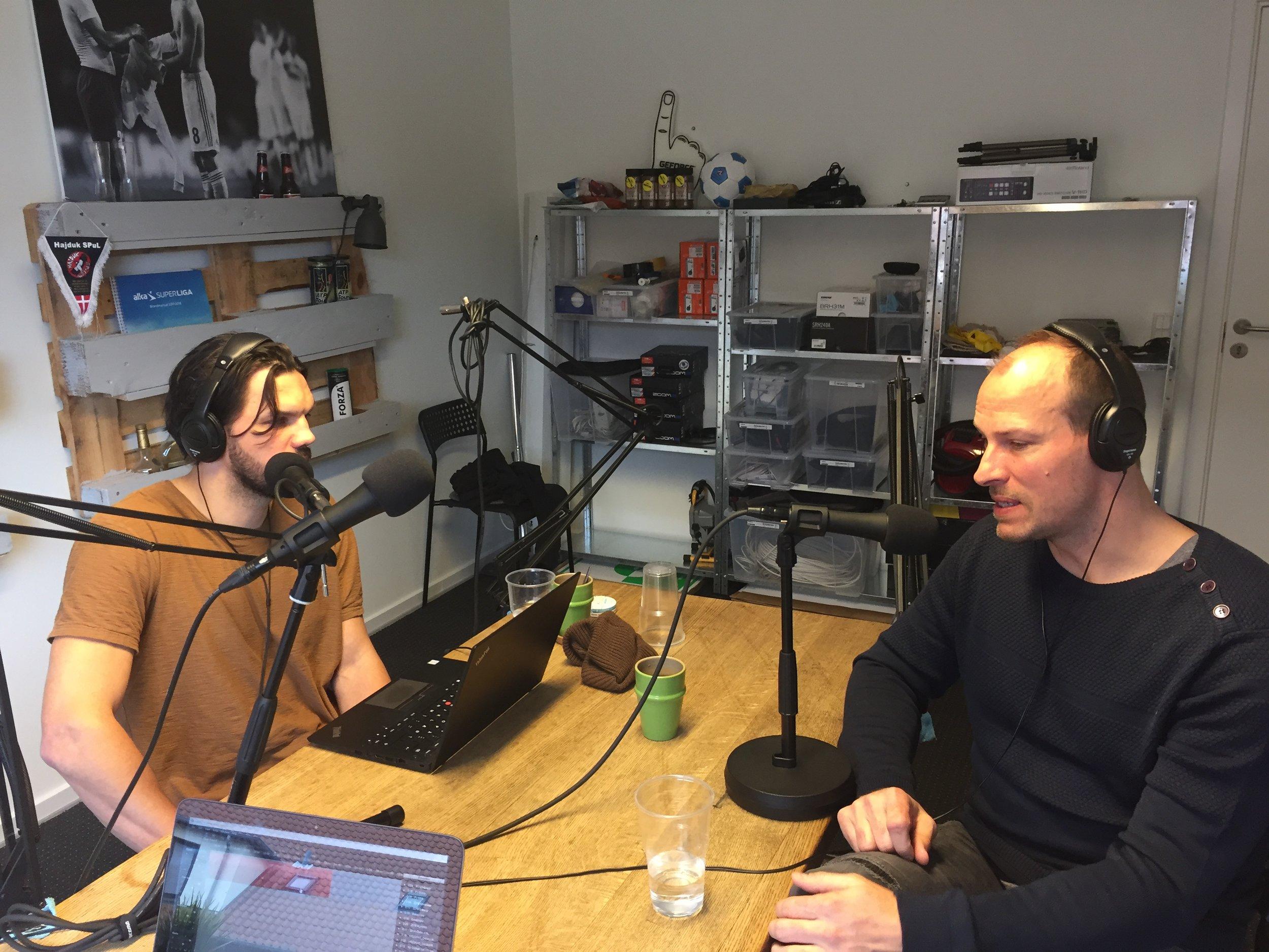 Her fra optagelsen, hvor Jakob Green (tv) er igang med sin første podcast på Mediano Håndbold i selskab med sin gamle holdkammerat, Lars Jørgensen.