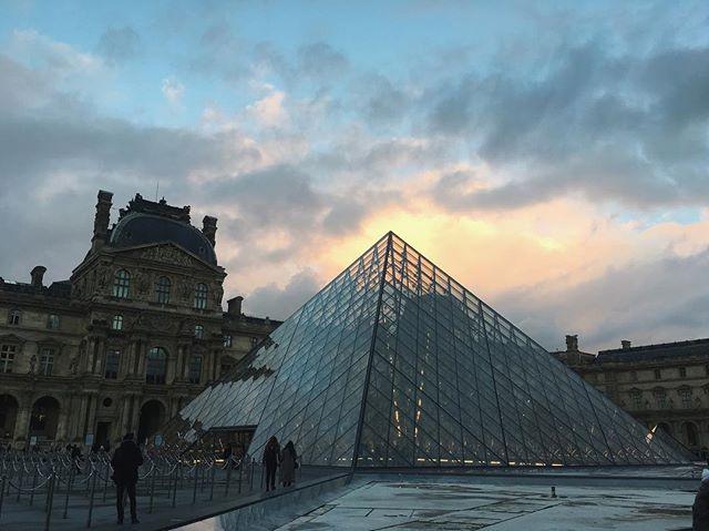 Cliché #louvre #illuminati
