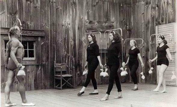 Joseph Pilates  com suas alunas ''bailarinas''.