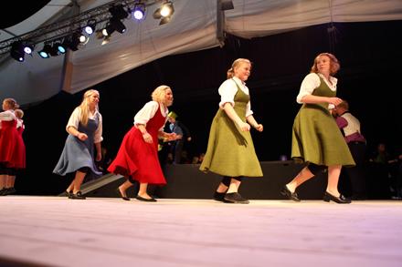 Telemark-jenter_som_dansar_foto_Kaasin_FolkOrg.jpg