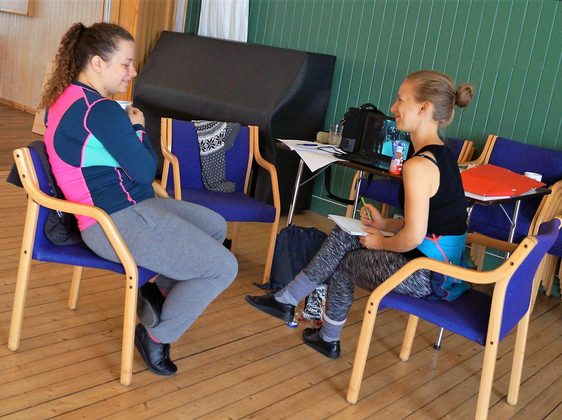Elisabeth og Tuva studerer arkivklipp på Grytøya ungdomshus.