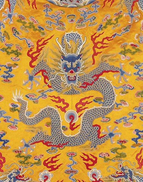 İmparatoriçe 'On İki Sembollü Elbise   Qing hanedanı (1644–1911)   18-19. C.   Çin   Sarı Saten, ipek ve altın ipliklerle işlenmiş (semboller: inciler, mercan, çift madeni para, gergedan boynuzu, eşleştirilmiş altın pastilleri, altın / gümüş çubuk, haraç ipek çift rulo)