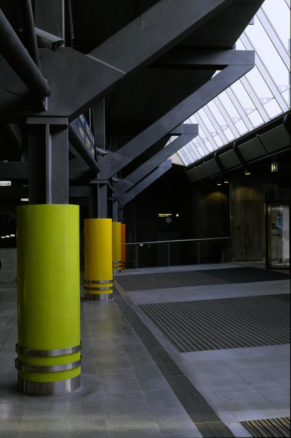 Nationaltheateret stasjon Oslo. 1998. 5 columns / Marmorino.
