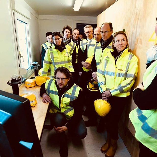 Staatsecretaris Stientje van Veldhoven met de ProRail directie die naar je sensoren komen kijken. Vollebak in de keet....